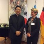 Father Michael Chang und Kristin Heitmann (appp media) während des Bayerischen Abends in der Deutschen Botschaft
